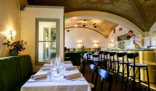Maukkaita liha-, äiyriäis- ja kasvisruokia komppaavat  persoonalliset viinit, joiden joukosta löytyy niin klassikoita kuin uusia tuttavuuksia Euroopasta ja merten takaa.